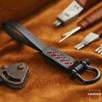 Premium Lederband mit schwarzem Karabiner