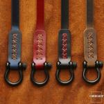 Premium Lederband mit schwarzem Karabiner schwarz